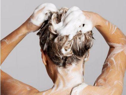 如若先洗头,会影响大脑内的血液流通,可能会引起脑血管疾病.图片