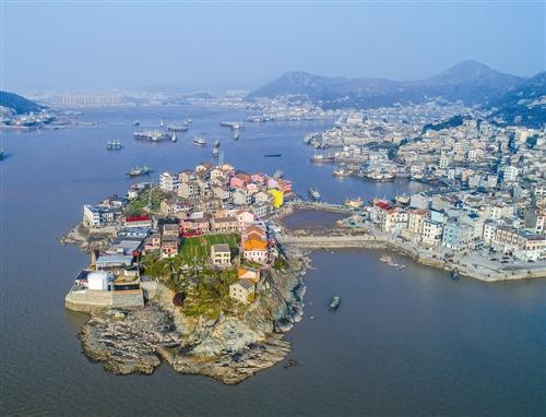 """随着石塘半岛旅游建设的推进,温岭市计划将该岛打造为该市第一个""""七彩"""