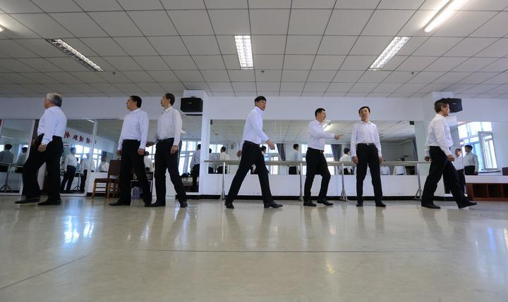 哈尔滨老年大学有支大爷模特队,三十余名队员都是超过60岁的大爷,年龄