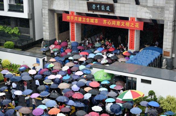 杭州自主初中面试v初中民办庙会雨中送考初中作文逛600字家长图片
