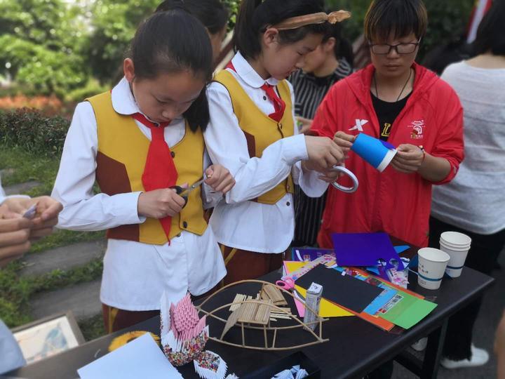 还参观府邸景苑智能垃圾桶,让垃圾分类从小学生做起.图片