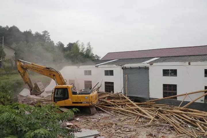 4月27日,万田乡弈园村村民主任徐一新的堂叔徐祝富,拆除了面积约760