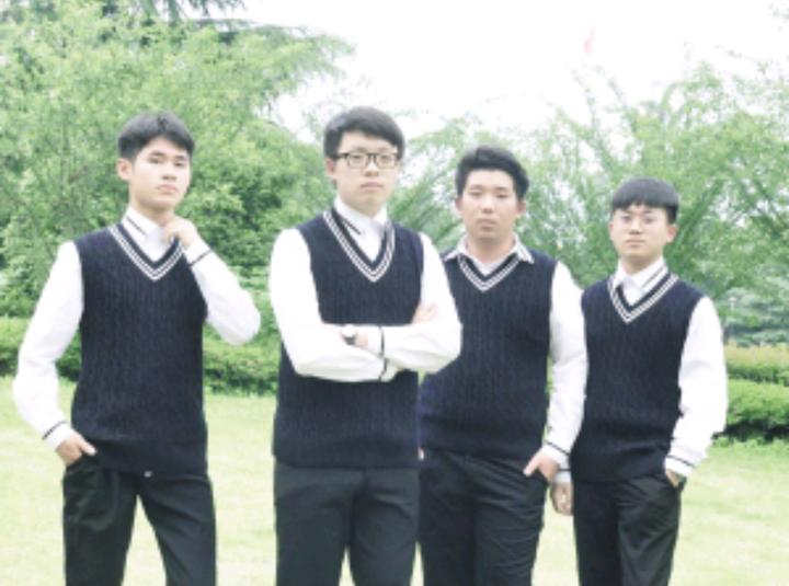 王振宇和他的团队成员正在学校为支持学生创业提供的办公室里经营图片