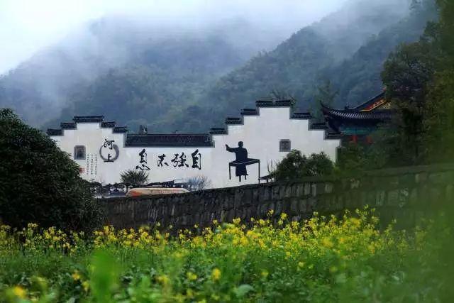 浦阳镇桃北新村 白鹿塘村的红色墙绘描新装.