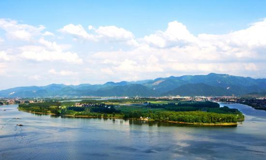 6万余个小微水体得到了整治,黑脏臭等感官污染基本消除,小河清清大河