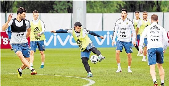 阿根廷国家足球队在俄罗斯莫斯科郊外的布龙尼齐训练基地进行赛前训练