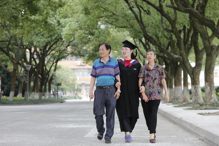 2018年毕业了,叶晶晶陪胡爷爷游览大学校园2.郑之超摄.jpg图片