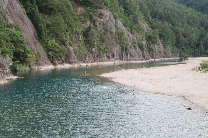 现在天气越来越热,来溪坑里游泳的人越来越多,每天都有千把人。余小中口中的溪坑,是韦羌溪位于圳口村附近的那段流域,约有5公里,溪水清澈,似可见底,但最深的地方足足有5米深。不仅如此,韦羌溪水面看似平静,底下却有一个90度的大转弯,暗流涌动。   每年这里都有溺水事故发生,但每年,还是有络绎不绝的游客慕名而来。   没有办法让他们不要来游泳,即使把这片水域禁止住了,他们还是会跑到别的可能更危险的河道游泳。余小中说,他能做的,就是和村里的义务巡逻救援队一起,每天花上几个小时,在溪边多走走,随时盯着水面