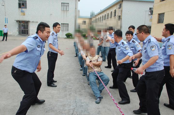 监狱服刑的犯人送礼或找找关系能提前出狱吗