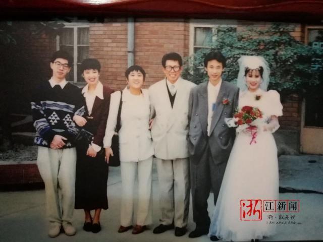 """照片上家庭成员逐渐增多,全家福由黑白照片变成了彩色;当年时髦的"""""""