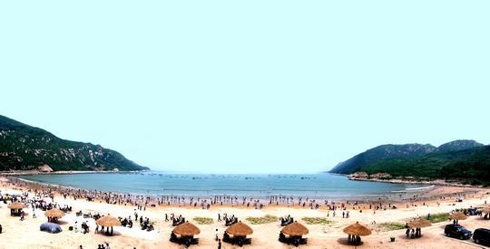 其中,牛郎岗海滨度假区以奇特的海蚀地貌景观吸引游客的,最为有名