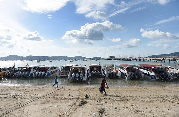 泰国普吉岛查龙码头停靠的船只.