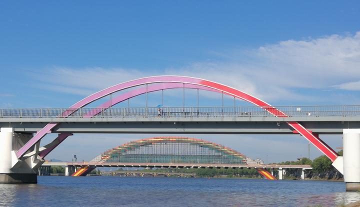 《彩虹桥》醉池利民摄