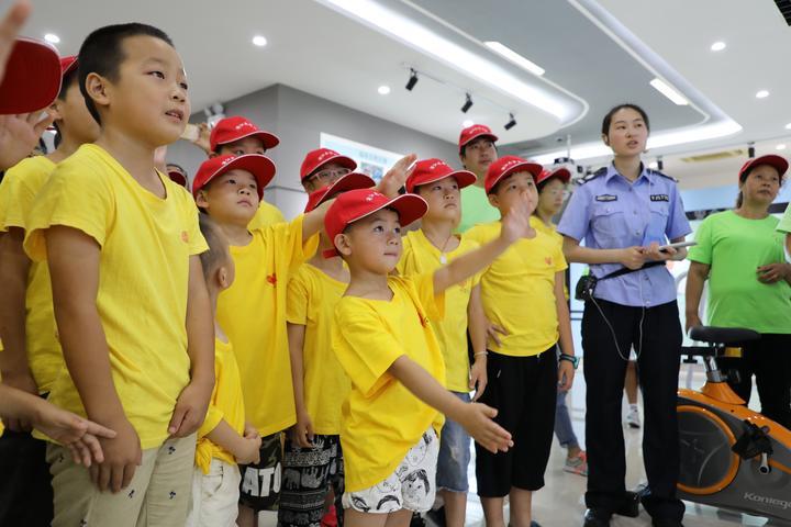 关注未成年人安全 浦江交警开展暑期交通安全宣传教育图片