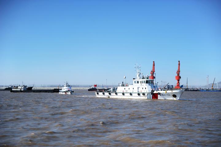 """19日上午,舟山海事局海巡执法支队执法人员乘坐""""海巡07334""""艇沿舟岱"""