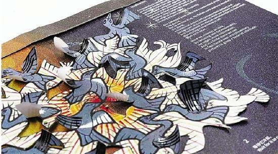 打开书本,书中的树木慢慢抽枝发芽,鸟儿开始舒展翅膀,小狗支着耳朵吐