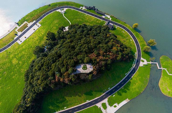 世界旅游联盟总部项目选址在压湖山岛,这里湖山相映,风景秀丽,是湘湖