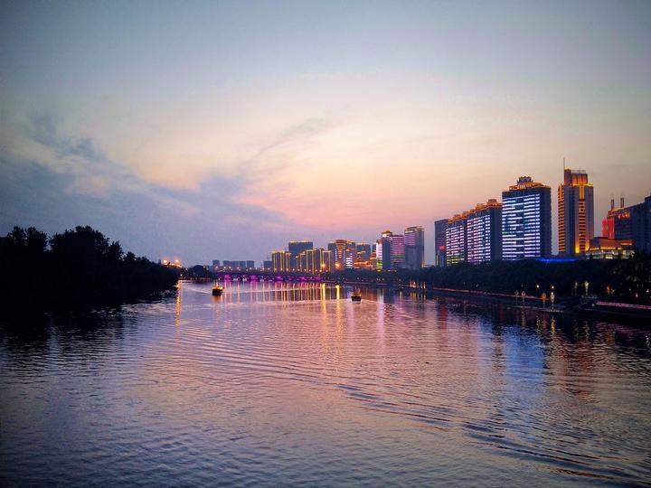 《婺江夜色》弯腰拾豆豆摄于金华彩虹桥