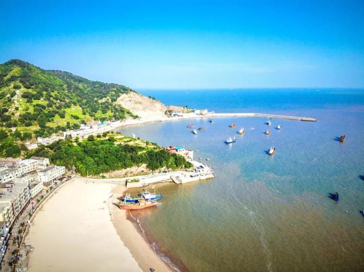 这里有天然的海滨浴场,滩上细沙纯净鲜亮,伴着沙滩海浪,欣赏海边景色
