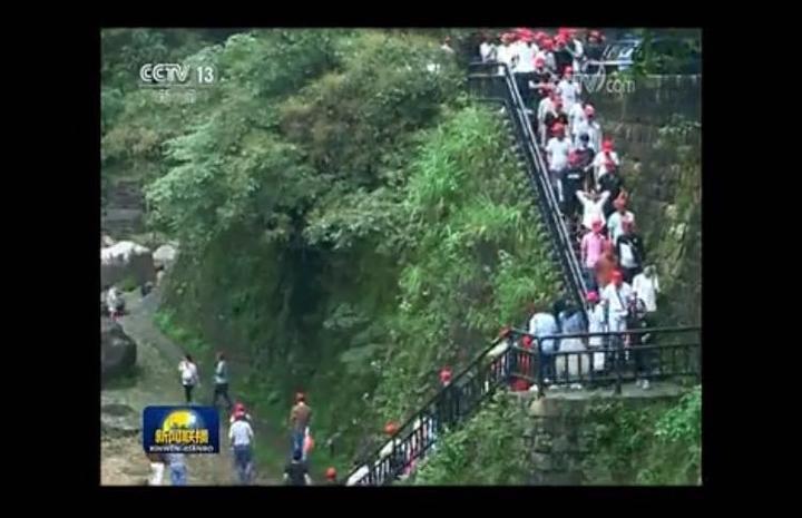 在中秋小长假期间,天台龙川峡景区新近推出的全国首个 3d环瀑玻璃栈道