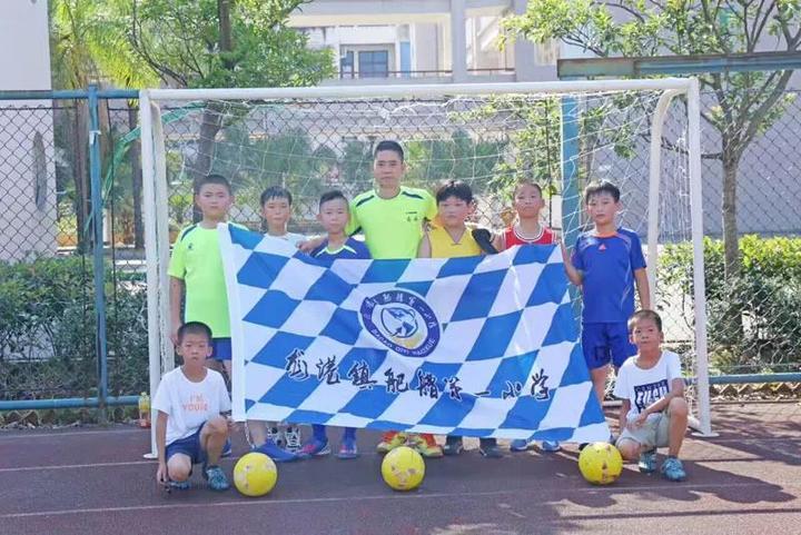 以班级为单位组建班级足球队,安排固定的时段进行练习,为校队建设夯实