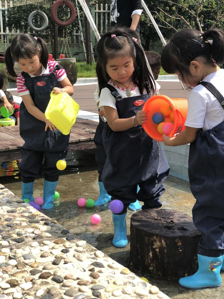 钟管镇中心幼儿园北代舍村点的孩子们正在玩水区玩水.