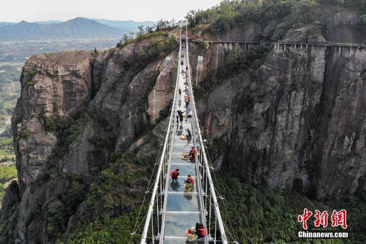 温州日报瓯网 - 湖南平江举办高空玻璃桥集市 购物者