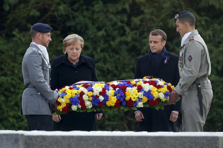 11月10日,在法国贡比涅森林,法国总统马克龙(右二)和德国总理默克尔