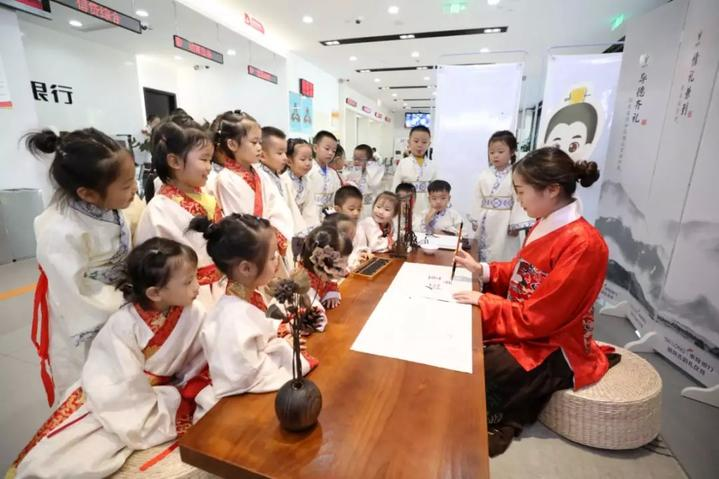 裕丰国际幼儿园组织30名中班小朋友学习古韵礼仪,感受礼韵之美.
