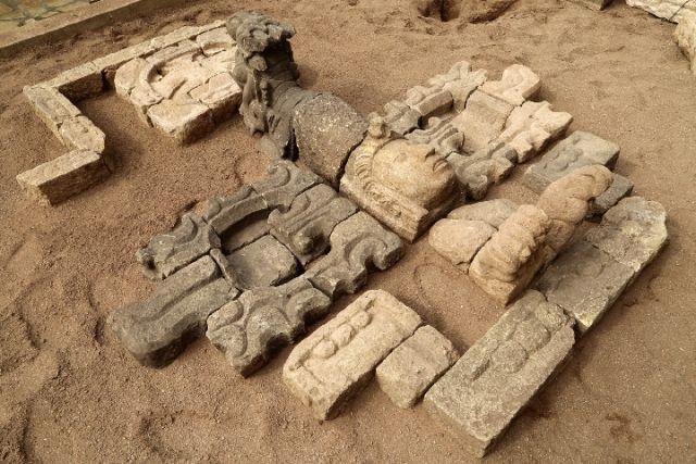 """"""" 随着羽蛇神,玉米神等玛雅文明的标志性石雕一一发掘出土,一场华夏文"""