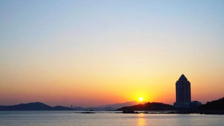 夕阳渐渐落下,橙红的天空,碧蓝的海水和洁白的雪,构成了一幅绚丽的