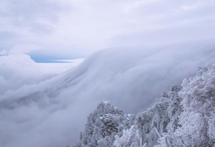 12月14日,江西庐山风景区出现雪后瀑布云.新华社/秦永言