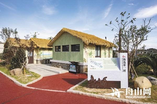 定海马岙,新建的公共厕所设计风格独特,与整洁美丽的乡村环境相得益彰