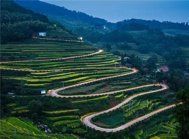 蜿蜒在瑞安乡间的农村公路.陈世丰/摄城市公交