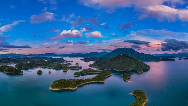 还可以看到千岛湖最具特色的标志性景观:一串串曲折回环的岛屿排列成