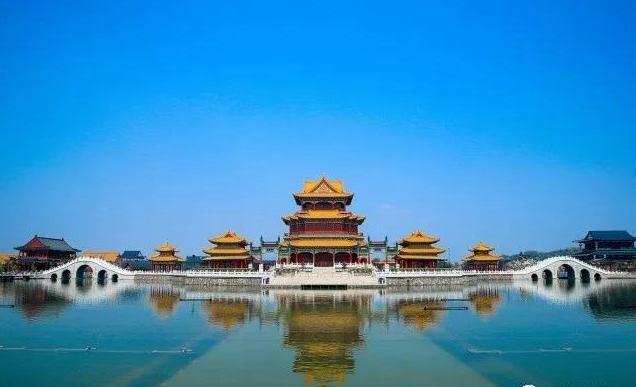 她以北京圆明园盛时长春园为蓝本,除了有雍容端庄,金碧辉煌的中式建筑