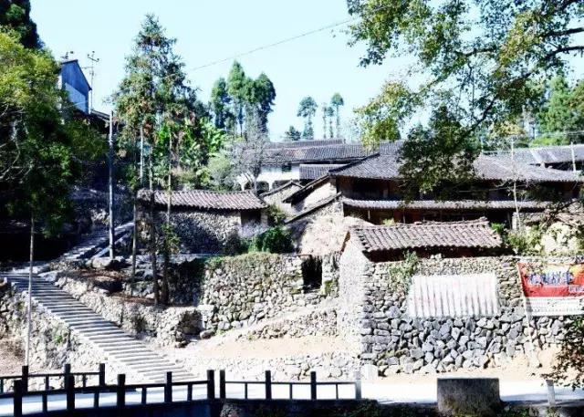 整个村庄依山就势,青瓦石墙的老房错落有致地排布,小桥,流水随处可见.