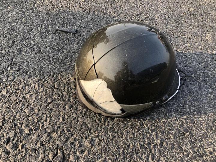 汽车挡风玻璃碎了;电动车头盔碎了; 那么骑车人的脑袋