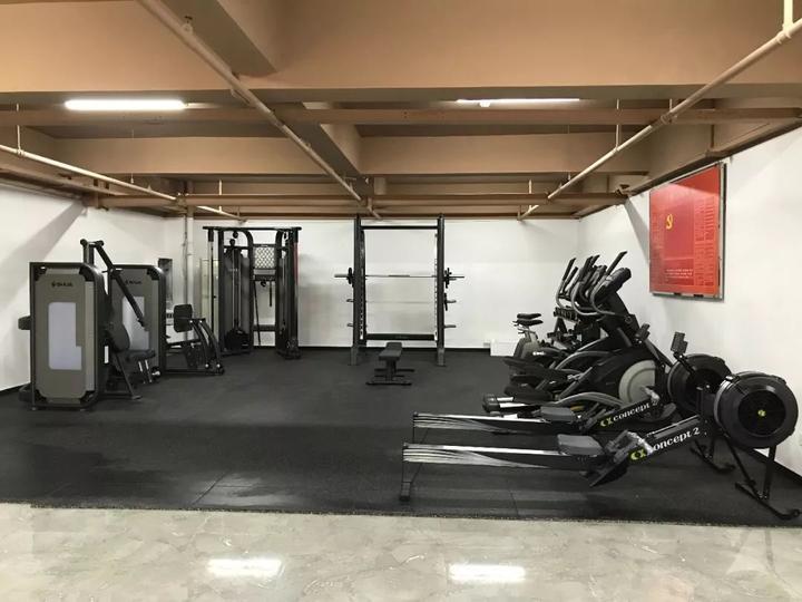 麻行小区 ▼健身房器械:跑步机4台,立式单车2台,哑铃1组;椭圆机2台