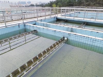 沉淀,过滤,消毒等一系列工艺流程,从水库输送来的原水变成饮用水.图片