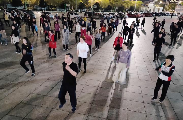 场健身_每天晚上有一二百人在体育场跳健身操.