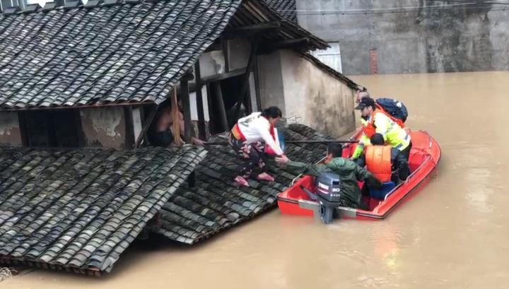 永嘉县枫林镇江枫村民警陈凯在救援群众.PNG
