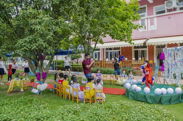 鹤琴幼儿园儿童开展户外创意活动