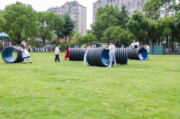 鹤琴幼儿园的儿童开展户外创意活动