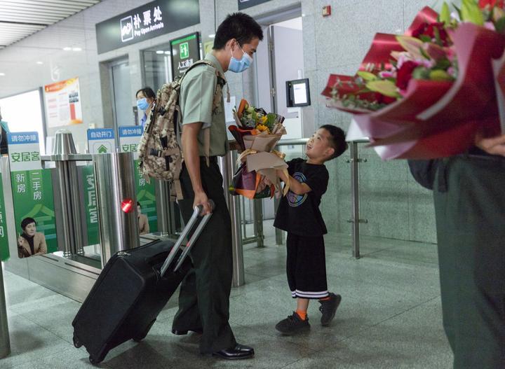 当父母看到自己的孩子退伍回家笑着笑着就哭了