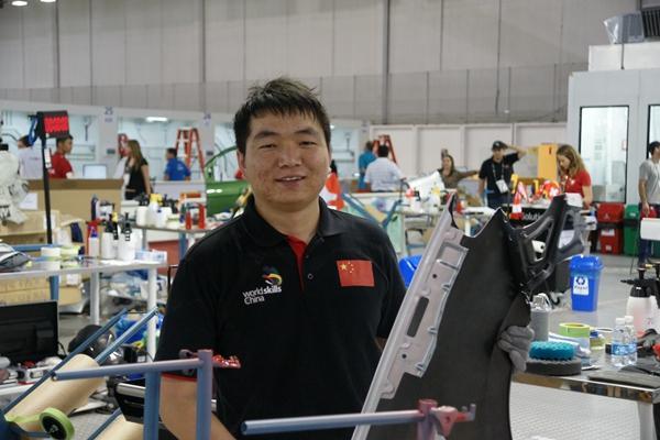 杨金龙,在巴西圣保罗第43届世界技能大赛中摘得汽车喷漆项目金牌,助力中国队实现了世界技能大赛史上金牌零的突破。.jpg