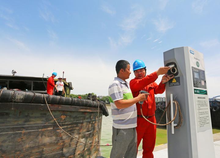国网湖州供电公司员工在指导船户使用岸电设施。_看图王.jpg