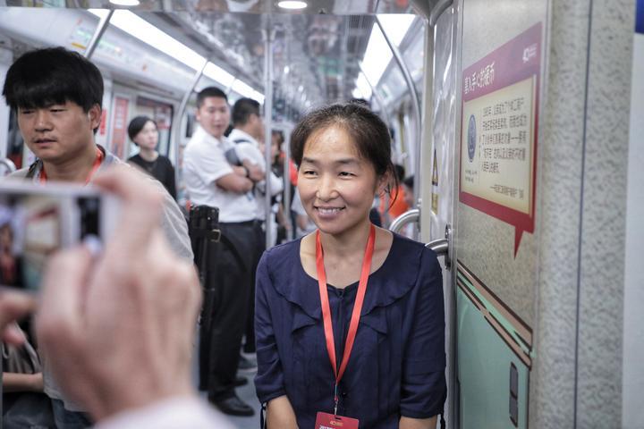 浙江新闻客户端用户张美玉和自己在地铁专列上的故事合影.jpg