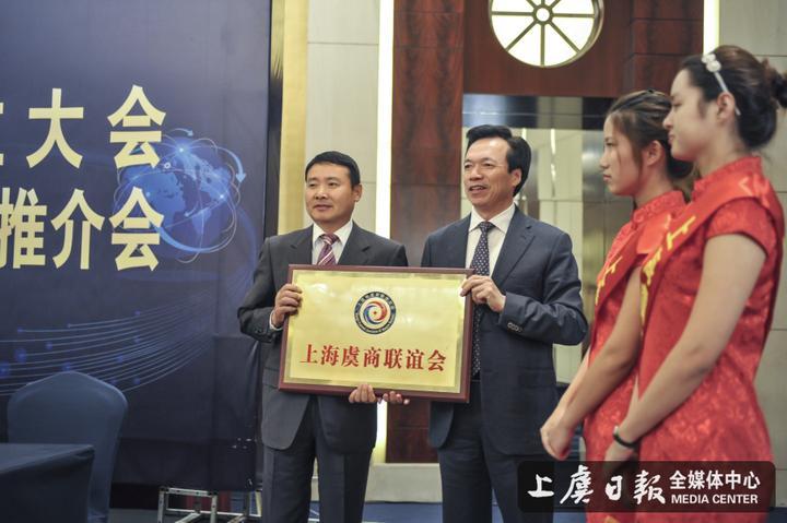 区委书记孙云耀为李小S颁布了驾照.jpg