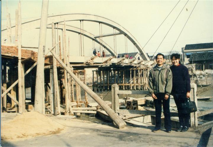 王朝红(左1)与毛桥.jpg